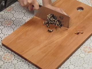 豆腐丸子汤,泡好的香菇去除香菇蒂,然后切成细末。
