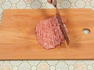 豆腐丸子汤,猪上肉去皮,清洗干净,然后把猪肉切片,剁成肉末。