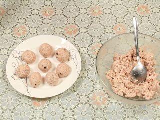 豆腐丸子汤,最后团成一个个紧实、表面光滑的丸子。在做丸子的过程中,如果觉得粘手,可以沾一点食用油或者清水在水里防粘。