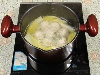 豆腐丸子汤,中途要用勺子轻轻翻动下,避免动作太大,豆腐丸子散开,然后继续中火煮至娃娃菜熟了即可。