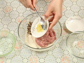 豆腐丸子汤,在压好的豆腐末中,加入肉末、香菇粒、姜粒。