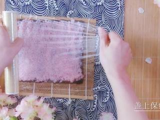 樱花寿司-踏青赏春最佳美食伴侣,覆盖一层保鲜膜,轻轻按压