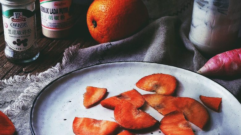 春日香橙萝卜沙拉 健康低卡,切好的胡萝卜片再切成两半,放入盘中