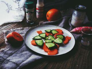 春日香橙萝卜沙拉 健康低卡,黄瓜用同样的方法切片,放入盘中