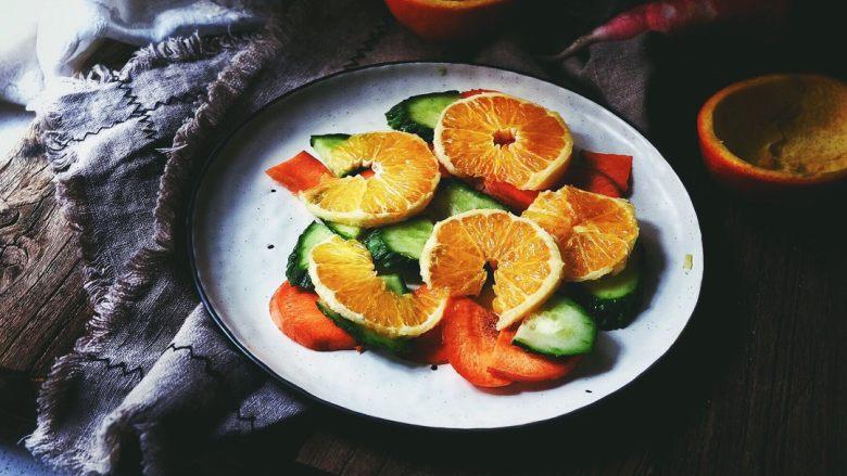 春日香橙萝卜沙拉 健康低卡,将橙子切片,放入盘中