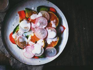 春日香橙萝卜沙拉 健康低卡,将搅拌好的酸奶淋在蔬菜上
