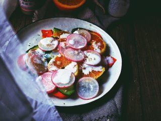 春日香橙萝卜沙拉 健康低卡,再撒上一点坚果碎,即可开吃!