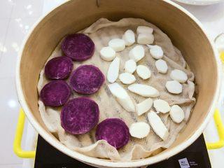 宝宝辅食:紫薯山药泥-8M+ ,放入蒸锅,大火蒸熟,小芽蒸了大概15-20分钟,大家根据自己切的大小和火力调整时间哈。