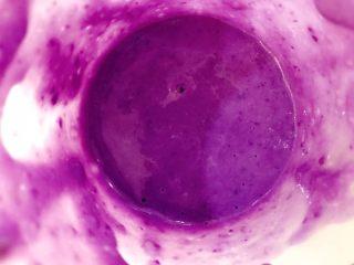 宝宝辅食:紫薯山药泥-8M+ ,蒸熟后,把紫薯和山药倒入料理机中,把奶/温水也倒入,用料理棒反复搅打成泥。搅打过程中如果觉得太稠,还可以加点温水调稀。