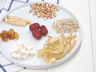 美白祛湿汤-薏米茨实茯苓玉竹沙参汤,所有食材洗干净,准备好500克左右的猪龙骨或者排骨都可以