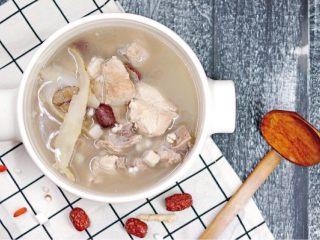 美白祛湿汤-薏米茨实茯苓玉竹沙参汤,把所有食材和肉类放入锅内,加入7-8碗水,大火转小火(汤内保持沸腾)煮1.5小时后,加盐即可