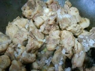 南乳排骨,7、将排骨和冰糖倒入锅中翻炒至冰糖融化;