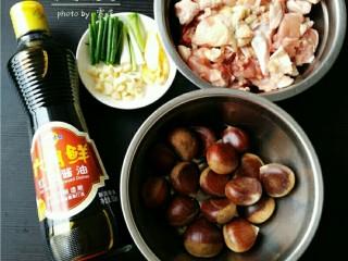 板栗烧鸡,备好食材:鸡肉,板栗,姜片,葱段,蒜粒;
