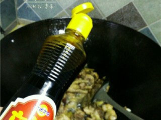 板栗烧鸡,调入适量红烧酱油,蚝油;