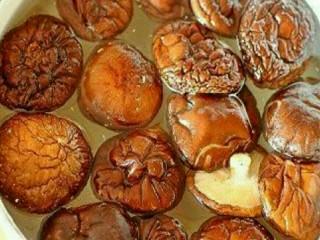 肉酿香菇,1.干香菇用温水泡发,洗净去蒂,泡香菇的水留下待用。