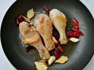 红烧鸡腿,煎至鸡腿两边微焦。