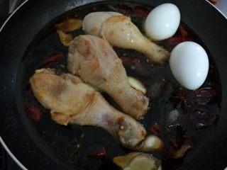 红烧鸡腿,再放入鸡蛋和八角。