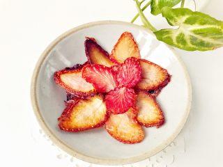 宝宝辅食:草莓干-18M+,、完成,转移至冷却架上,刚烤好的草莓片质感还是有点软的,等完全冷却后就可以变得很酥脆啦,直接食用即可。