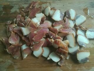荷兰豆炒腊肉,腊肉洗净切片。