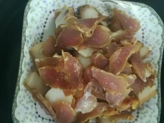 荷兰豆炒腊肉,腊肉放锅里蒸十几分钟。(特别干的要久蒸一下)