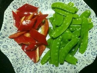 荷兰豆炒腊肉,红彩椒切菱形块。