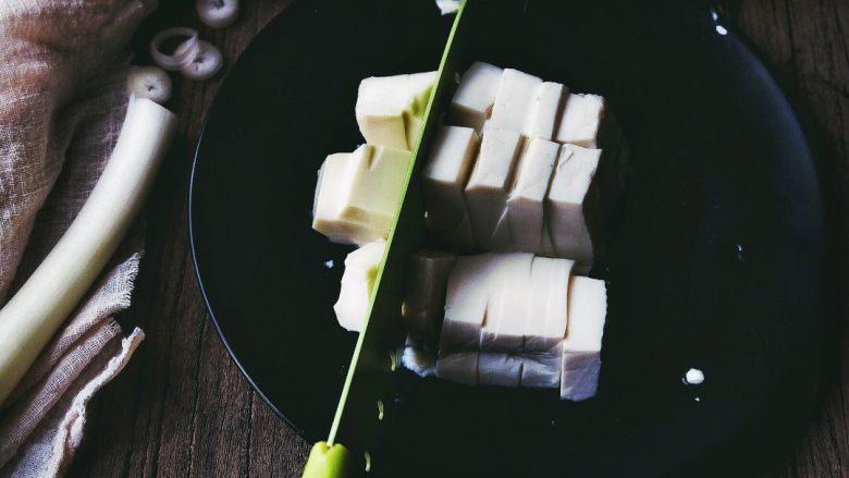 麻婆豆腐 十分钟无油健康版,豆腐竖着 平均分切几刀 (确保块的大小差不多就好)