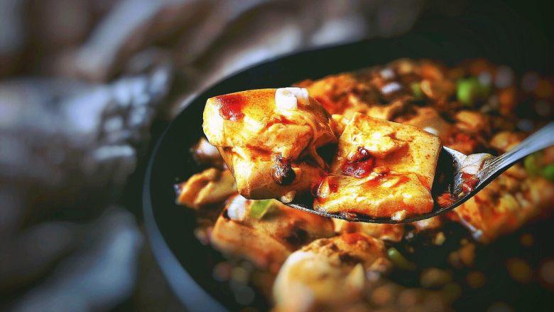 麻婆豆腐 十分钟无油健康版,香喷喷 热腾腾的豆腐出锅喽~   客官 来一口吧 ^_^