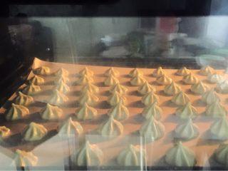 抹茶蛋白糖,烤箱100度上下火中层50分钟,烤好后闷10一15分钟后再取出