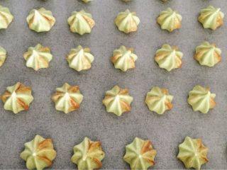 抹茶蛋白糖,烤箱预热100度,均匀地将蛋白面糊挤在垫了油纸的烤盘内
