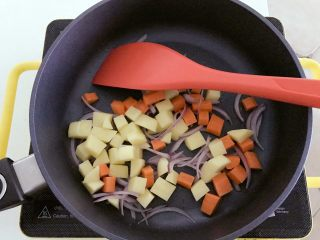宝宝辅食:彩蔬虾仁浓汤-18M+ ,锅里刷一层植物油,洋葱翻炒出香味后,将提前准备好的土豆、胡萝卜丁下锅,中火翻炒至7、8分熟左右。