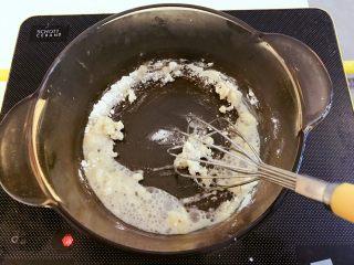 宝宝辅食:彩蔬虾仁浓汤-18M+ ,再准备一个小汤锅,倒少许植物油,然后倒入面粉,翻炒至面粉有点变色,开始冒泡泡。