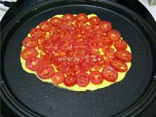 西红柿鸡蛋披萨,预热程序结束后,关闭电源;在蛋饼四周铺上番茄块;