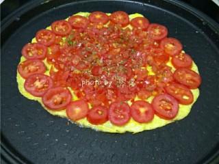西红柿鸡蛋披萨,再撒入适量盐,牛至叶,罗勒,欧芹;