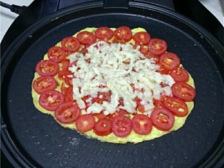 西红柿鸡蛋披萨,铺上马苏里拉芝士;