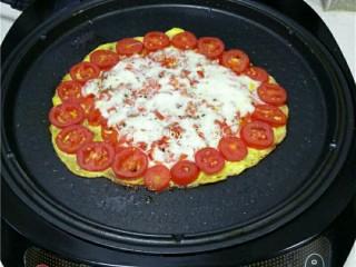 西红柿鸡蛋披萨,芝士融化后,即可关闭电源;