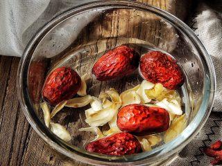 养颜润肺 红枣百合银耳甜汤,红枣与百合洗干净