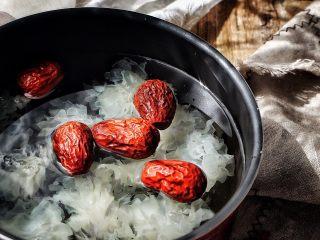 养颜润肺 红枣百合银耳甜汤,放入红枣