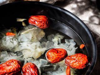 养颜润肺 红枣百合银耳甜汤,放入冰糖(锅的右上角那几块就是)