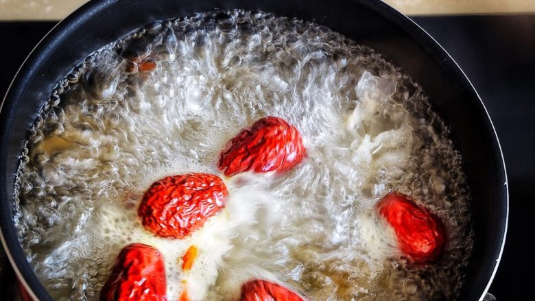 养颜润肺 红枣百合银耳甜汤,小火加热,煮至甜汤变粘稠即可 (我煮了一小时15分钟)