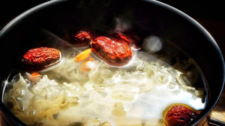 养颜润肺 红枣百合银耳甜汤,喝不完可以放冰箱保存  天气渐渐热了,来一碗润燥甜汤 通体舒畅