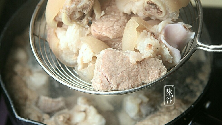 番茄黄豆猪蹄汤,捞起猪蹄冲洗干净表面血沫。