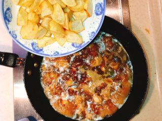 产后宜食 哺乳期土豆炖鸡块,锅开后倒入炸好的土豆