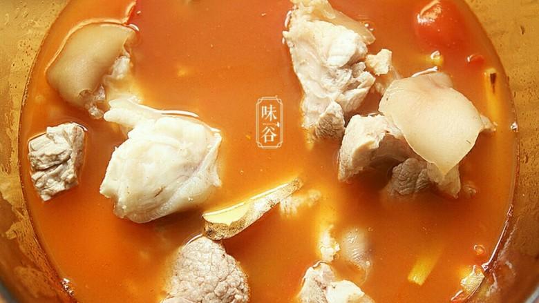 番茄黄豆猪蹄汤,把煮好的番茄汤汁转入炖锅内,先后倒入猪蹄。