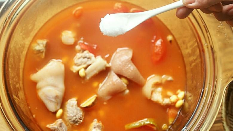 番茄黄豆猪蹄汤,放入盐。