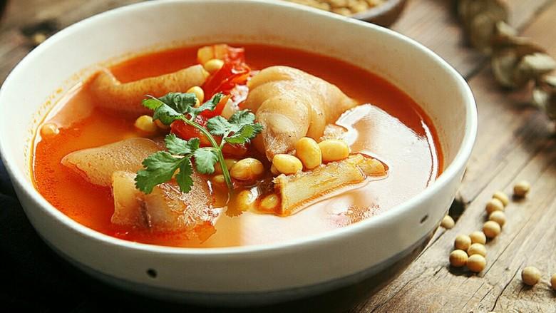 番茄黄豆猪蹄汤,盛碗装出……