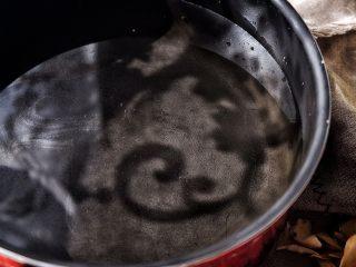 养颜润肺 红枣百合银耳甜汤,锅中倒入清水 (多于半锅就行)