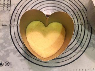 鲜花巧克力淋面蛋糕,将一片蛋糕片放入模具内