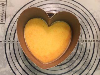 鲜花巧克力淋面蛋糕,另一片心形蛋糕片边边切小3毫米,放入冷藏好的慕斯蛋糕上,再将剩余的慕斯液倒入模具内,冰箱冷藏5小时以上