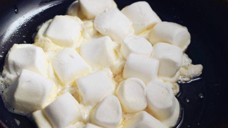 蔓越莓牛扎饼干,待黄油融化后搅拌均匀放入准备好的棉花糖