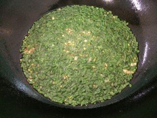 葱姜油,把葱叶搅拌搅拌均匀稍微炸一会关掉火即可